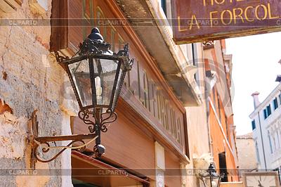 Latarnia na fasadzie hotelu w Wenecji, Włochy | Foto stockowe wysokiej rozdzielczości |ID 4358597