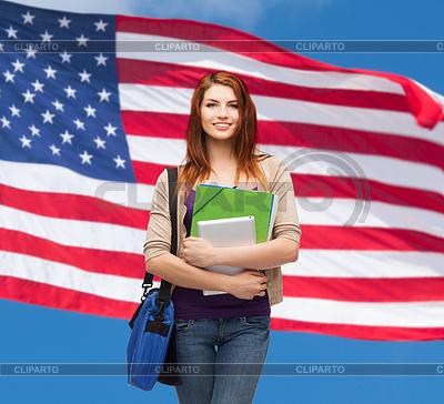 Uśmiechnięty student z worka, folderów i tabletki | Foto stockowe wysokiej rozdzielczości |ID 4445416