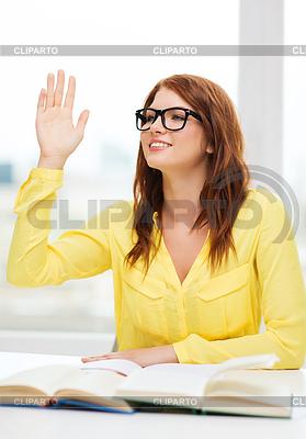 девушка держит 2 пальца между языка фото