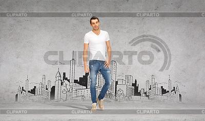 Lächelnden jungen Mann im weißen T-Shirt | Foto mit hoher Auflösung |ID 4464620