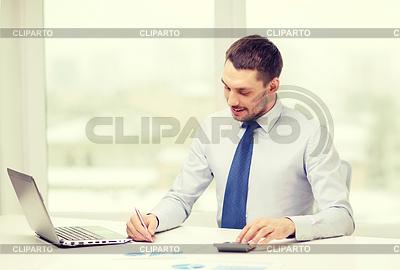 Uśmiecha się biznesmen z laptopem i dokumentami | Foto stockowe wysokiej rozdzielczości |ID 4724488