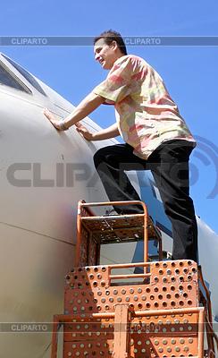 Man looks into airplane cabin | Foto stockowe wysokiej rozdzielczości |ID 4333992