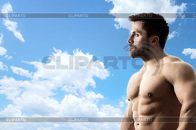 Blauer Himmel Bodybuilder | Foto mit hoher Auflösung |ID 4257619