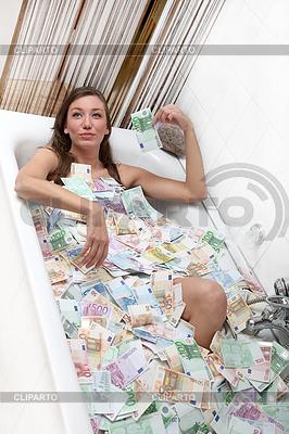 Glückliche Frau in der Badewanne voller Geld | Foto mit hoher Auflösung |ID 4140415