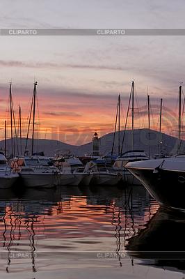 Saint Tropez, Segelmasten mit Leuchtturm im | Foto mit hoher Auflösung |ID 4143785