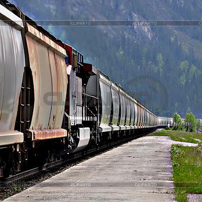Długi pociąg towarowy w kanadyjskich Rockies. | Foto stockowe wysokiej rozdzielczości |ID 4233649