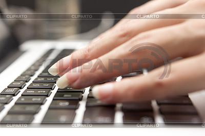 Hand auf einer Tastatur | Foto mit hoher Auflösung |ID 4462466